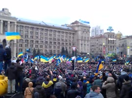 Massive Crowd Sings National Hymn of Ukraine at Rally - Video