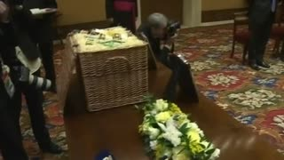 Queen Meets Pope, Gives Him Eggs, Whiskey, Beer - Video
