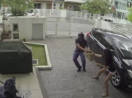 Woman Fights Off Bag Snatcher!