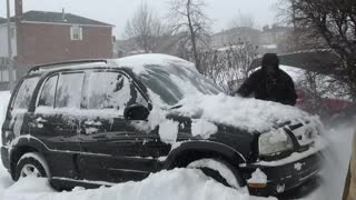 Suzuki Grand Vitara vs. Toyota Yaris in Snow - Video