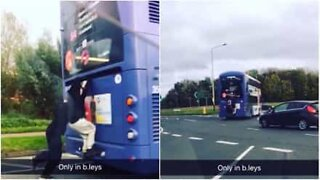 Crazy: kids travel hanging on to the back of a bus