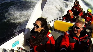 15-year-old girl flawlessy drives 500hp speed boat - Video
