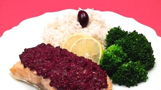 How to make baked salmon with olive tapenade in one minute - Video