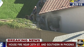 Mother and children escape house fire in Phoenix - Video