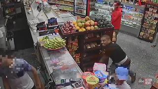 Police in New York searching for two men who assaulted a clerk with avocados and bananas - Video