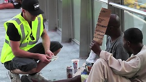 Disguised magician creates money for the homeless - Video