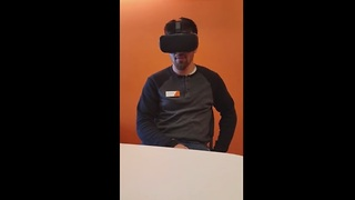 Guy can't handle VR horror game, falls out of chair - Video