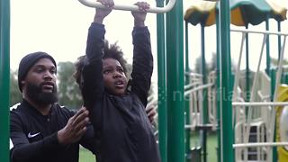 Determined seven-year-old overcomes her fear of monkey bars - Video