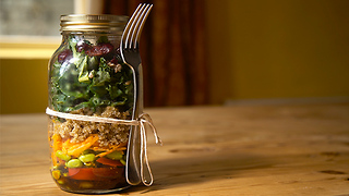Quinoa, kale and red pepper jar salad - Video