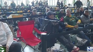 Packers fans wait in line for hours for Rodgers' autograph - Video