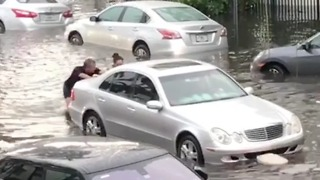 Good Samaritans Help Push Cars Through Flooded Miami Streets - Video