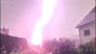 Powerful lighting strikes tree - Video