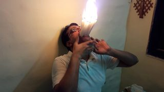"""Indian """"Maximouth"""" sets new worldrecord afterstuffing 22 lit candles in mouth - Video"""