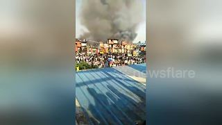 Firefighters tackle huge blaze at Mumbai slum - Video