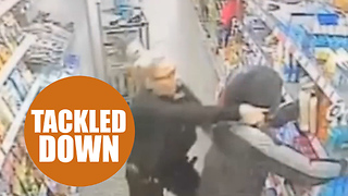 Brave moment student police officer foiled armed robbery after tackling thief - Video