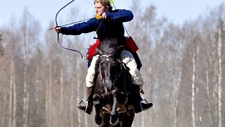 Mounted archer wows crowds around the world with his amazing skills - Video