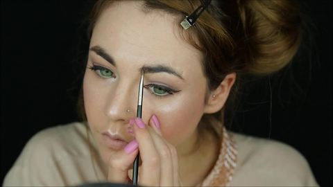 Makeup tutorial: What is strobing?