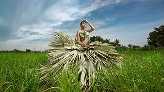 Talented designer creates stunning gowns using natural materials - Video