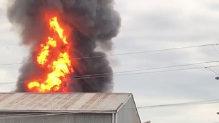 Blaze Grows at Chemical Plant in Western Sydney - Video