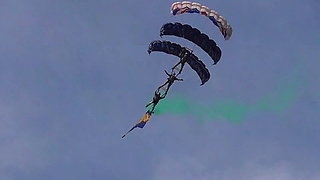 Tigers Freefall Parachute Display At Torbay Airshow - Video