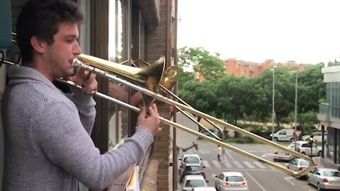 Musician in Spain entertains his neighbors during quarantine