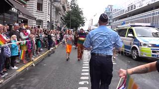 Policeman dances to Despacito at Stockholm Pride - Video