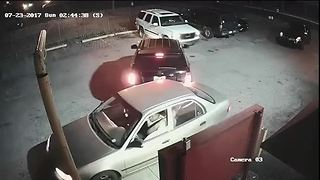 Couple robbed after accident - Video
