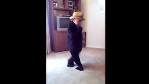 Toddler shows off flawless Michael Jackson dance moves - Video