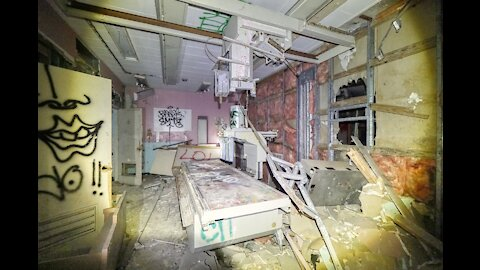 Abandoned Hospital - We Got To The Roof