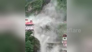 Massive landslide buries houses on India highway - Video