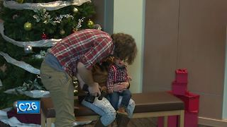 Salvation Army helps families take holiday portraits - Video