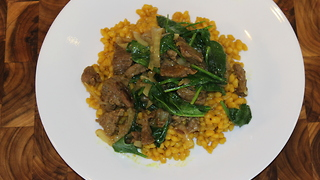 Turmeric barley with caramelized onion, beef and spinach - Video