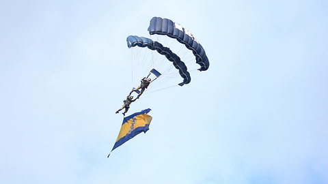 Tigers Parachute Team In Double Jump End Up In Water At Torbay Airshow 4K
