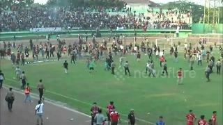 Mass fight at soccer game in Indonesia - Video