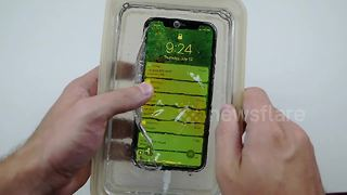 What happens when you cast an iPhone X in liquid glass? - Video