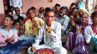 Incredible appetite: Indian man eats 6.6 lbs chillies every day - Video