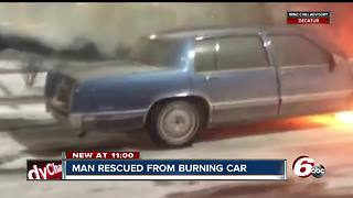 Good Samaritan saves a man's life after a car caught on fire - Video