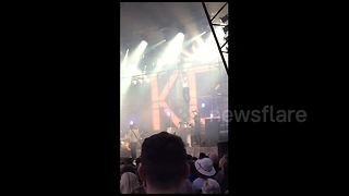 Ricky Wilson stops Kaiser Chiefs concert to go on a rant - Video