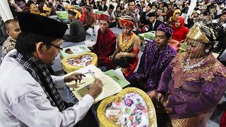 450 Indonesian couples brought in new year by tying knot in mass wedding ceremony - Video