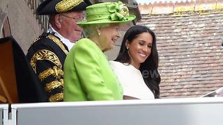Meghan Markle shines in her first solo appearance with the Queen - Video