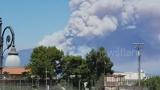 Huge plumes of smoke rise from Mount Vesuvius wildfire - Video