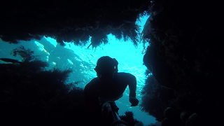 Diver dangerously explores underwater caves off California coast - Video