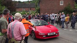 Drivers in classic cars race up UK hill - Video
