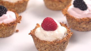 Super healthy granola cups with yogurt and fruit - Video