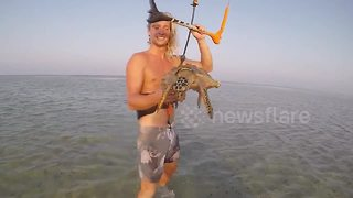 Kitesurfer rescues stricken sea turtle - Video