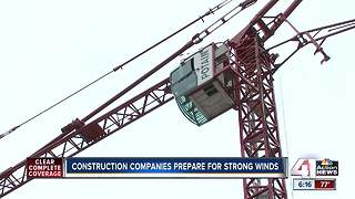 Construction crews prepare for strong winds - Video
