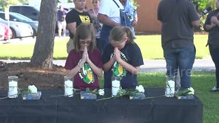Santa Fe community grieves after school shooting - Video