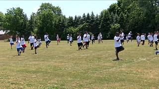 Local NFL player returns home for football camp - Video