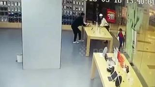Glass door at phone store shatters over boy - Video