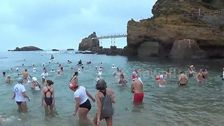 Brave Biarritz locals take Christmas polar bear plunge - Video